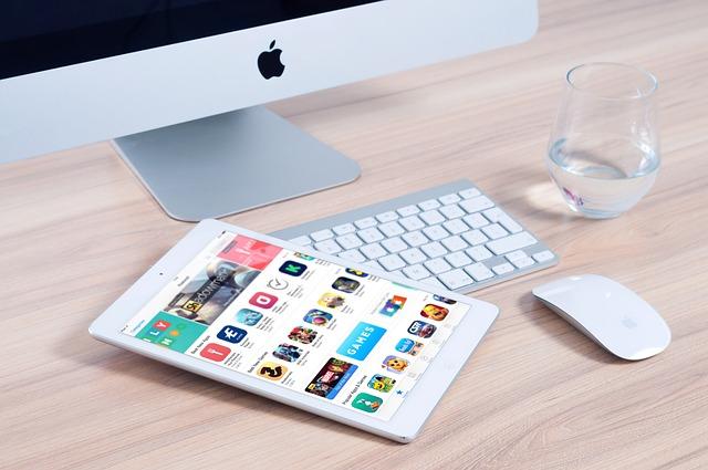 iMac och iPad på ett kontor