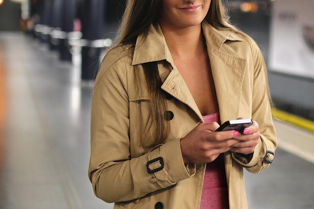 kvinna med iphone